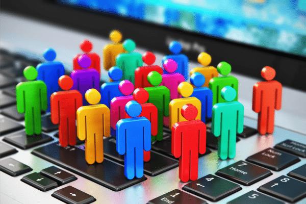 varias pessoas diferentes sendo alcançadas, marketing político em fóruns de discussão na internet.