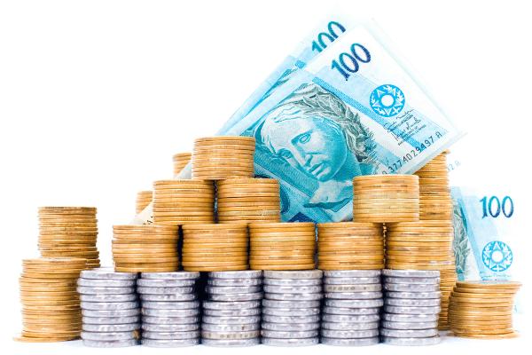 Notas de 100 reais e moedas de 1 real e cinquenta centavos para representar recursos adquiridos através do marketing de afiliados.