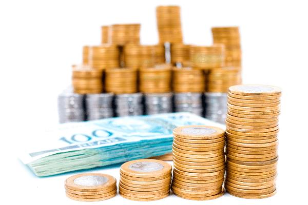 Centenas de moedas de 1 real e cinquenta centavos mais muitas notas de 100 reais, mostrando como gerar recursos financeiros com markting político, com blog na internet.