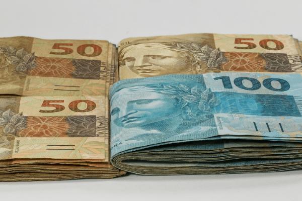 notas de 100 reais e mais notas de 50 reais representado o ticket dos produtos para revender com o marketing de afiliados no marketing político.