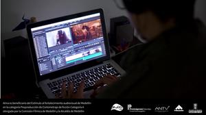 Santiago Leon director del corto ficción Alma revisa el corte de edición final antes de enviar a colorización