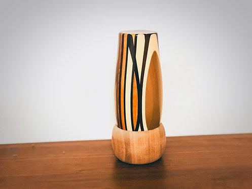 小さな骨壺が納められるコップ型の寄木細工位牌