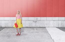Modelo de moda en la pared roja