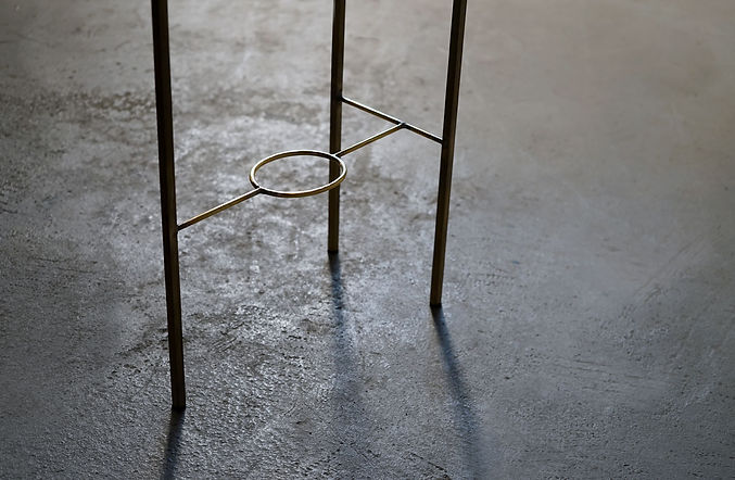 真鍮脚の飾り棚_3.jpg