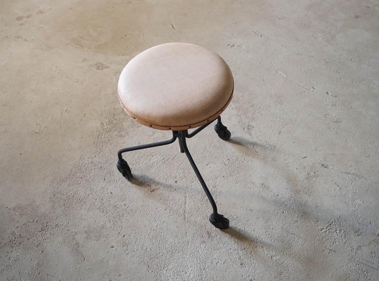 枯白 丸椅子