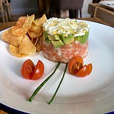 Tartar de salmón con vinagreta de cítricos y patatas chips caseras