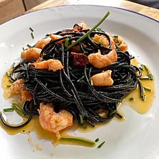 Spaghetti nero al aglio e olio con langostinos y un toque picante