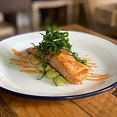 Lomo de salmón al horno con crema de aguacate y salsa Thai