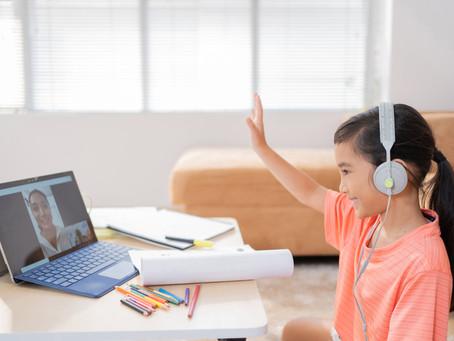 Cómo evitar las distracciones cuando tu hijo termina las actividades en línea antes que el resto