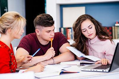 jovenes-estudiando-usando-laptop_23-2147