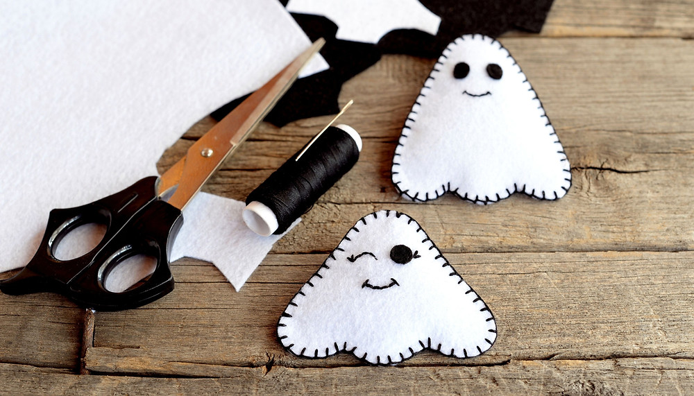 Crafty ghosts for Halloween garland