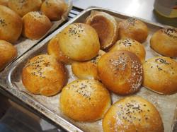朝食に焼きたてパンを。