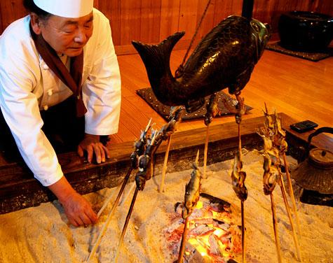 囲炉裏でイワナの串焼き