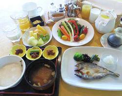 朝食の一例(ご飯と魚料理の組み合わせ)