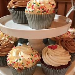 cupcakes-chocolate-vanilla-flavors-dreamin-desserts.jpg
