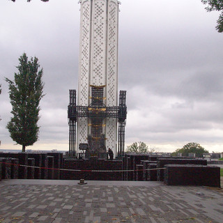 Đài tưởng niệm 10 triệu nạn nhân chết đói 1931-1933 tạI thủ đô Kyiv, Ukrainia