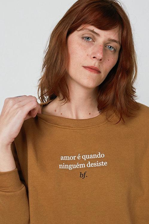 MOLETOM CARAMELO: 'Amor é quando ninguém desiste'