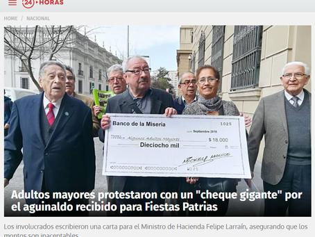 "NOTICIA - Adultos mayores protestaron con un ""cheque gigante"" por el aguinaldo recibido pa"