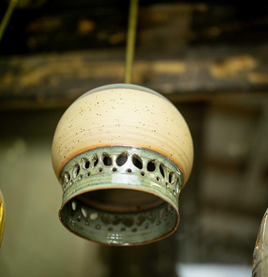 גוף תאורה כפרי מקרמיקה עבודת יד