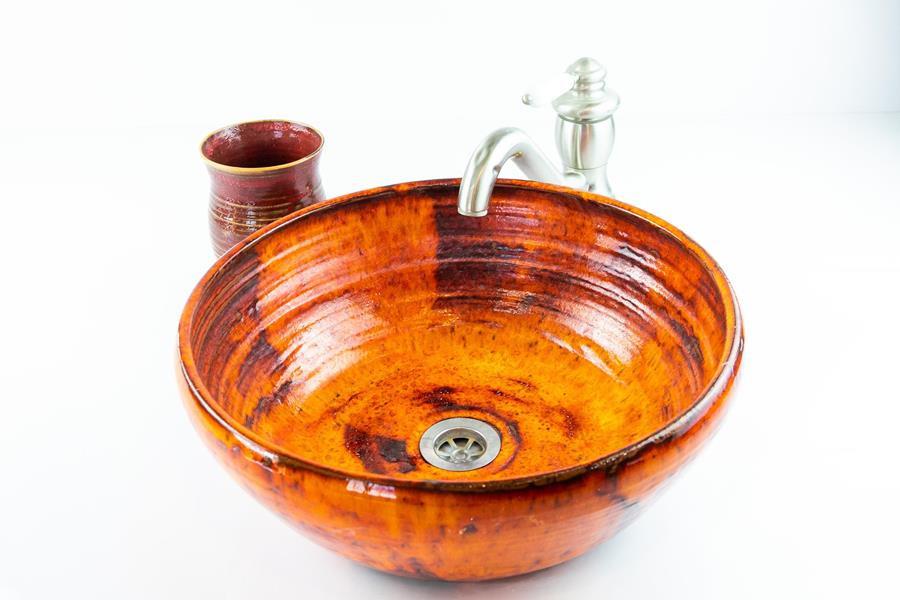 כיור קרמיקה בצבע כתום-אדום, כיור בעבודת יד