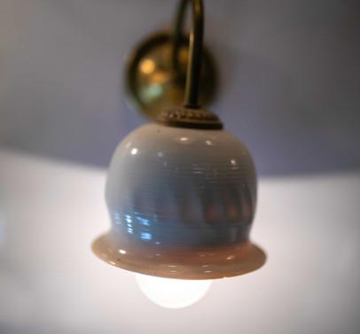 גוף תאורה מפורצלן תלוי מהתקרה או מהקיר