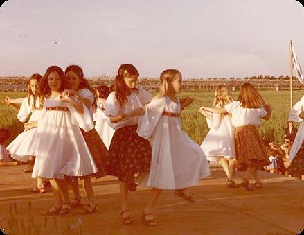 ילדות רוקדות תמונה תעודית