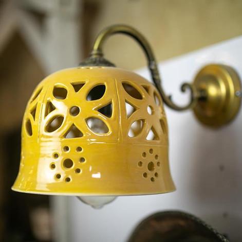 גוף תאורה מקרמיקה, אהיל מנורה צהוב מקרמיקה עבודת יד