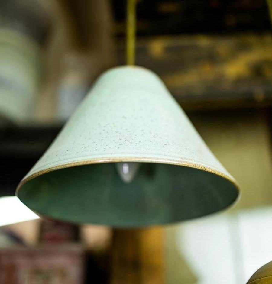 גוף תאורה מקרמיקה, אהיל מנורה ירוק בהיר תלוי, מקרמיקה עבודת יד