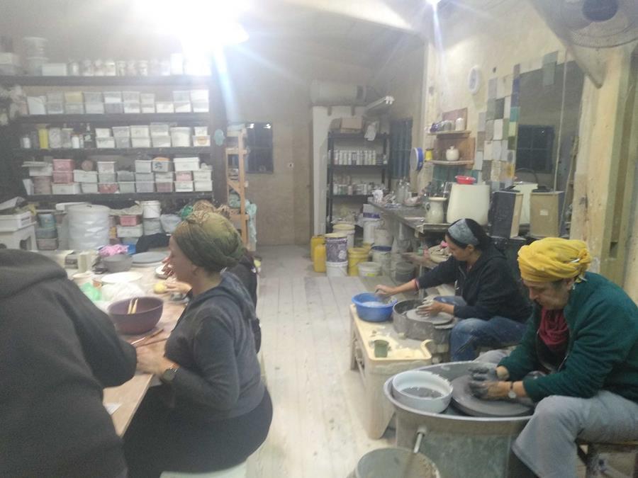 סדנת קרמיקה בסטודיו חמרא, בעבודה