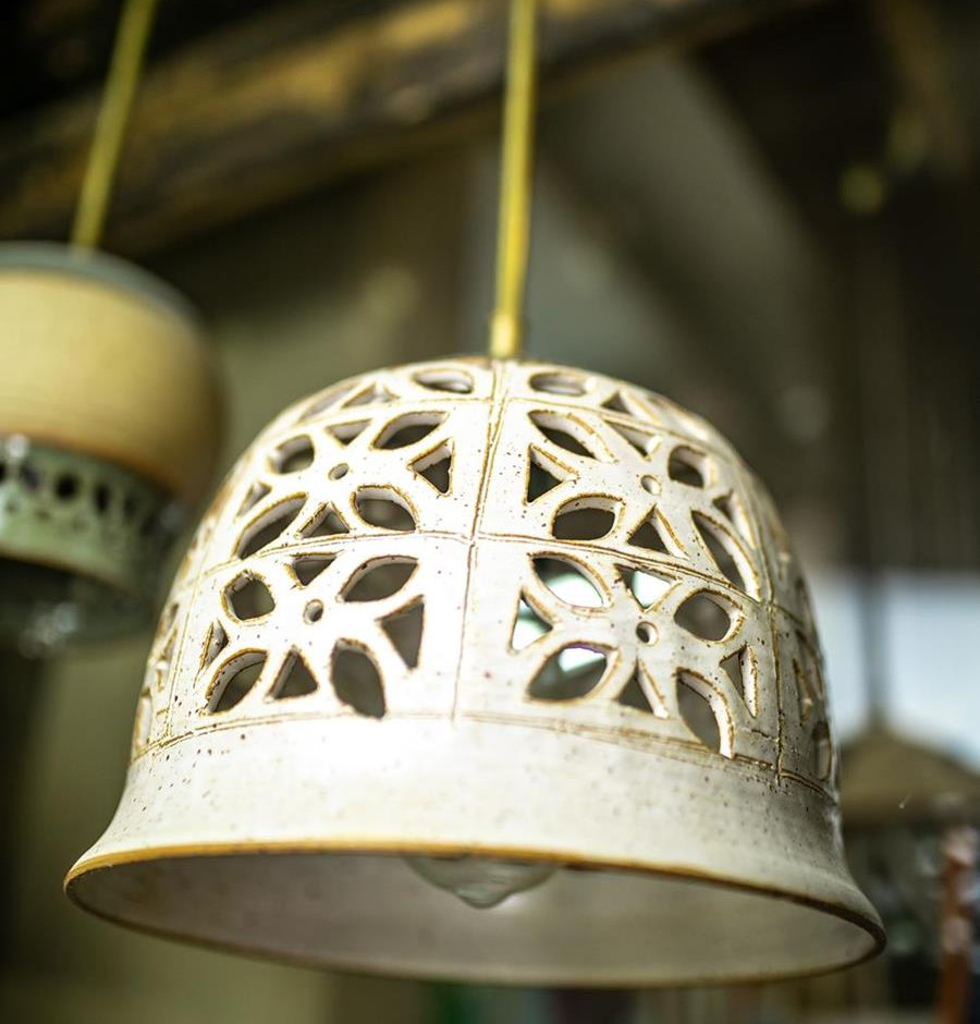 גוף תאורה מקרמיקה, אהיל מנורה לבן תלוי, קרמיקה בעבודת יד