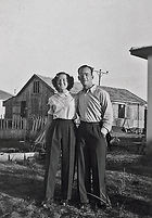 PikiWiki_Israel_47369_Couple_in_front_of