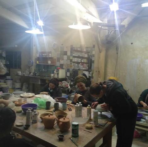 סדנאות קרמיקה של סטודיו חמרא, תלמידים בעבודה
