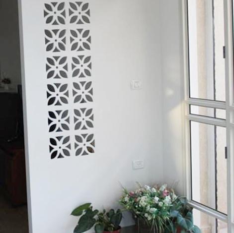משרביות מעוצבות מקרמיקה בקיר כניסה לבן
