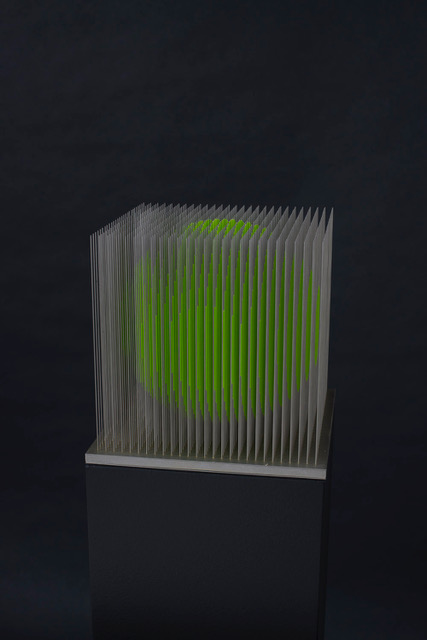 Aiguilles d'acier et acrylique, socle rétro-éclairé, 23 x 23 x 134 cm. Ed. de 5