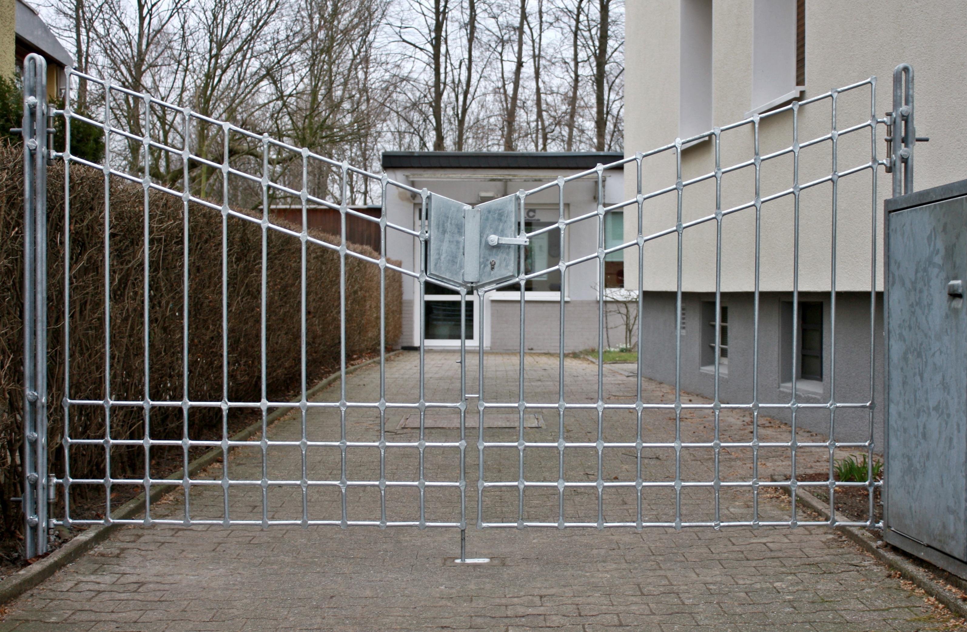 Einfahrtstor mit Netzstruktur