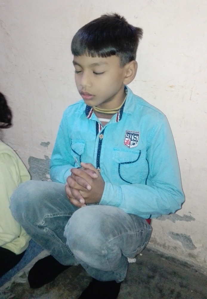 pak-christmas-orphan-praying