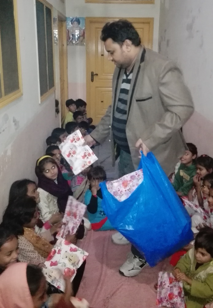 pak-christmas-presents-orphans-03