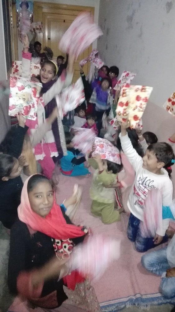 pak-christmas-presents-orphans-01