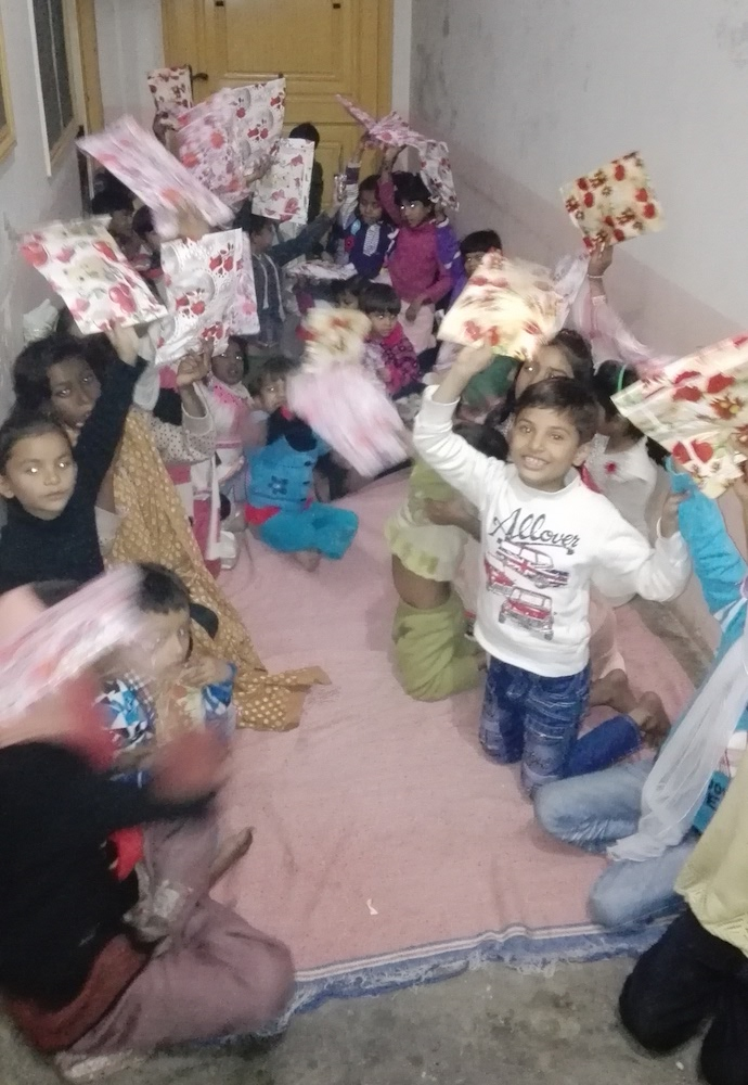 pak-christmas-presents-orphans-04