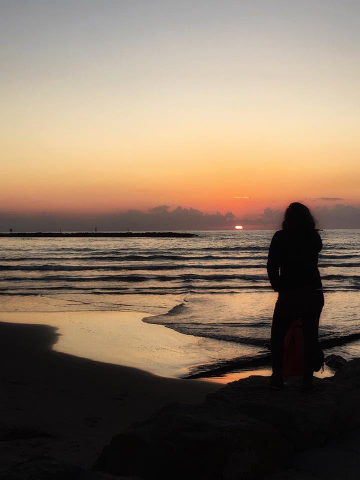 Foto:Suzi Sabaner/Gün batımında şükreden bir kadın