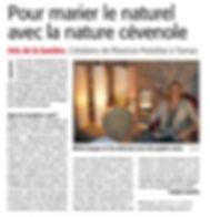 Florence Portefaix dans son atelier à Tornac proche d' Anduze dans le gard .Passionnée par le papier et la lumière elle crée lampes,abat-jours,appliques...avec de précieux papiers