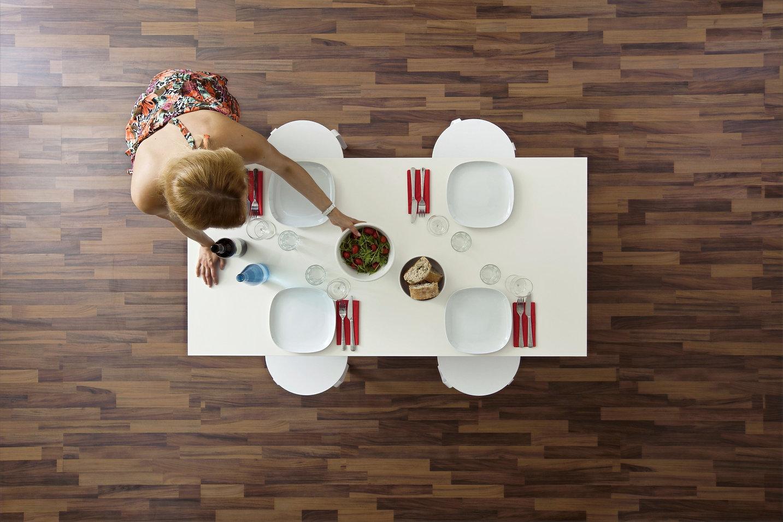 foto de una mujer, un mesa y un piso vinlico