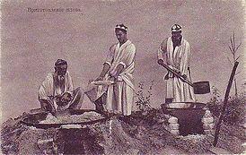 Готує плов узбецький