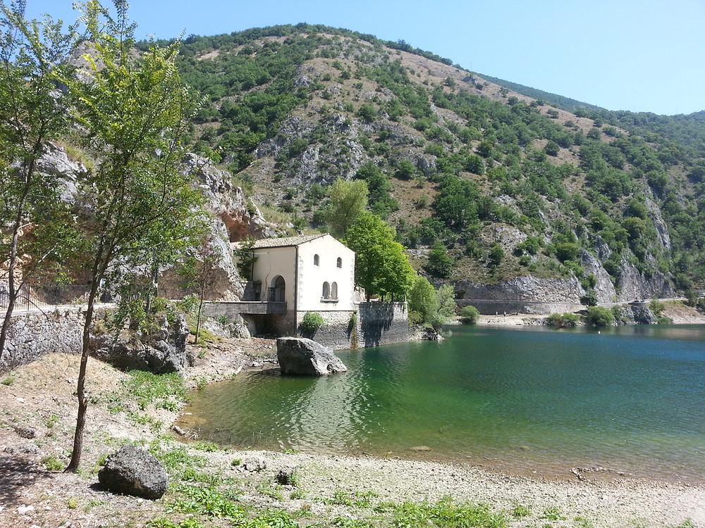 De kerk op de grot van San Domenico bij het meer van San Domenico, Villalago