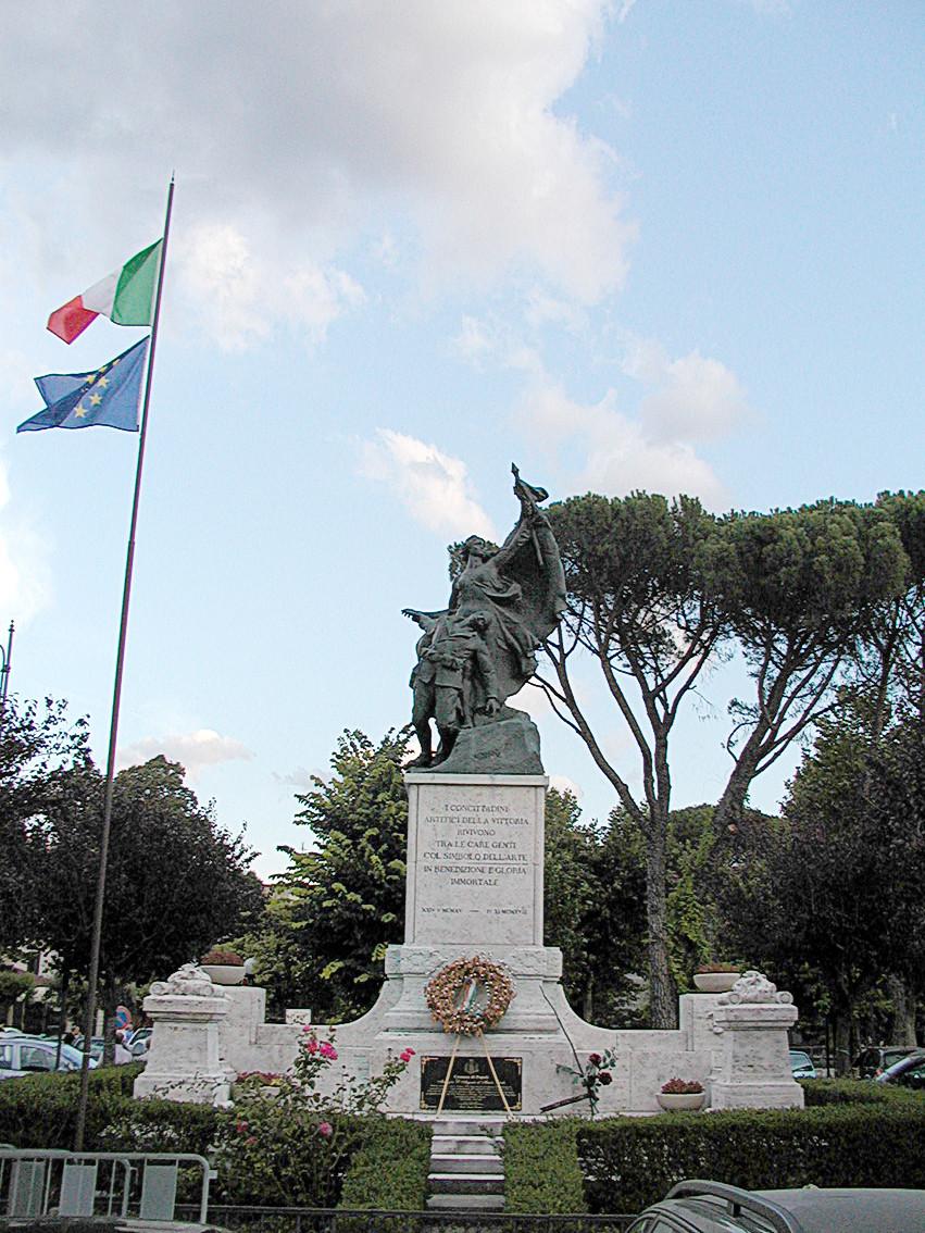 Oorlogsmonument op Piazza ingericht door D'Ascanio Foto van Ra Boe - Wiki Commons
