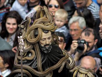 Een heilige als slangenbezweerder