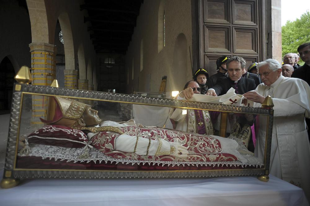Paus Benedictus XV bezoekt Celestinus V in april 2009