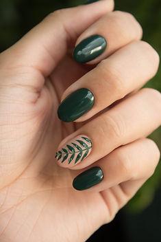 green-manicure-art-close-up-photo-704815