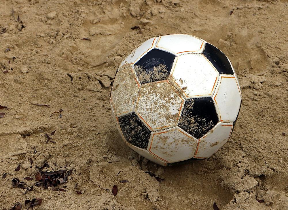Futebol de praia à beira-mar. portões para futebol de praia