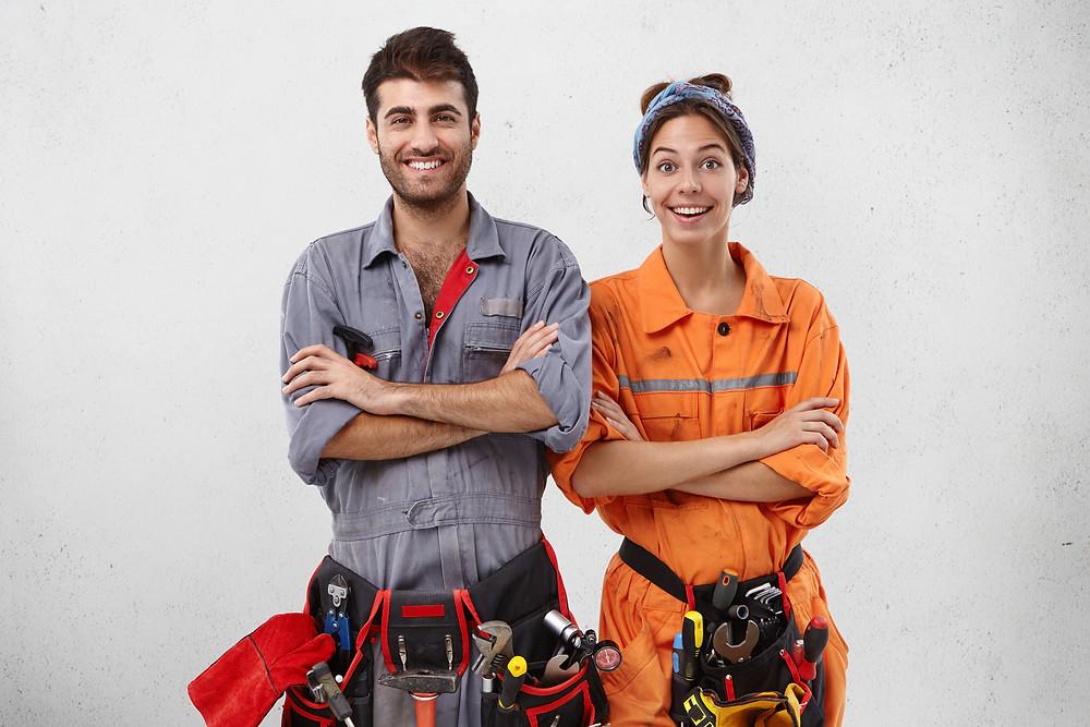 Técnicos femininos e masculinos de conteúdo em uniformes especiais